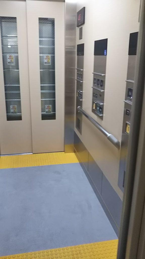東京メトロ半蔵門線永田町駅のエレベーターの写真